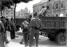 """Audiencia Provincial de Sevilla, Plaza de San Francisco. Los supervivientes en la Pañoleta de la Columna Minera son llevados a  juicio sumarísimo por """"rebelión militar"""". Fueron fusilados en distintos puntos de la ciudad."""