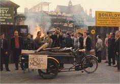 Paris, le 17 septembre 1971, un homme accompagne en musique la destruction des Pavillons de Baltard, les Halles de Paris... Paris d'antan, Facebook