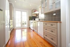 Lovely timber floor in a well lit kitchen Kitchen Living, New Kitchen, Kitchen Ideas, Living Room, Timber Flooring, House Extensions, Fence Design, Home Reno, Studio Ideas