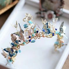 Bridal crown jewellery There are different rumors about the history of the marriage dress; Bridal Crown, Bridal Tiara, Bridal Headpieces, Cute Jewelry, Hair Jewelry, Fashion Jewelry, Jewellery, Bridal Jewelry, Wedding Hair Accessories