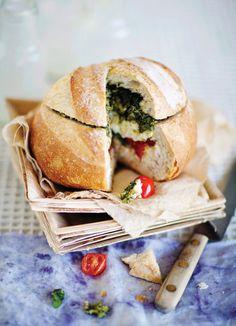 Tomaateilla ja valkohomejuustolla täytetty leipä