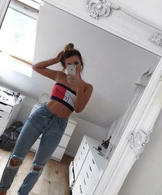 the kneeless denims but the signature Hilfiger top is nice w/ the tan & topknot (colourless & plantless décor could use some adjustments but is @ least well-lit) Fashion Jeans, Fashion Outfits, Spring Outfits, Trendy Outfits, Jugend Mode Outfits, Teen Fashion, Womens Fashion, London Fashion, Grunge Look