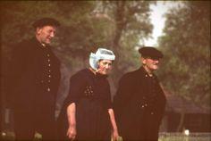 Staphorst is beroemd door zijn klederdracht. Hier een foto van twee mannen en een vrouw in klederdracht. #Overijssel #Staphorst