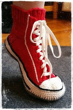Converse slippers!! Hobby Kroken: Socks / Lester Crochet Stitches, Knit Crochet, Crochet Hats, Knitted Slippers, Crochet Slippers, Knitting Socks, Baby Knitting, Converse Slippers, Knitting Patterns