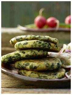 Perfekte Vorspeise für den kleinen Hunger: Spinat-Quark-Plätzchen mit Radieschen und Rettich