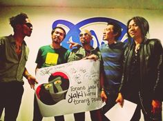 The Selamatkan Yaki team had a meeting with the famous Indonesian band SLANK on September 4th 2013! Together we recorded a video message in which the band members encourage the  public to save the yaki and not consume these Critically Endangered species! Thanks SLANK for your support!!