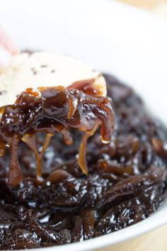 How To Make Caramelized Onions These caramelised onions are like no other, complete drool worthy material if you ask me. Sharp pungent red onions are slowly cooked down to reveal their inner sweetness Caramelised Onion Chutney, Red Onion Chutney, Caramelized Onions Recipe, Carmelized Onions, Onion Relish, Red Onion Jam, Red Onion Recipes, Vegetable Recipes, Balsamic Onions