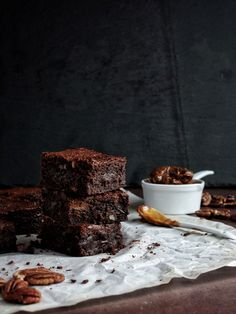 Brownies s karamelem a pekanovými oříšky – The Olive Brownies, Bread, Recipes, Food, Cake Brownies, Breads, Baking, Meals, Eten