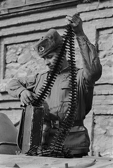 A Russian soldier in Kabul, Afghanistan with a box of machine gun ammunition, 1989. Pin by Paolo Marzioli