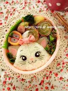 This Marie bento was just too adorable not to share. hope I will ever be able to create something this adorable. All credit goes to the amazing Juru (website is in Japanese, and unfortunately does. Bento Box Lunch For Kids, Bento Kids, Cute Bento Boxes, Lunch Snacks, Japanese Bento Box, Japanese Food Art, Japanese Sweets, Kawaii Bento, Food Art Bento