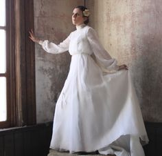Diese elegante Wende des Jahrhunderts Brautkleid eignet sich für jede Jahreszeit. Ich denke, es ist zarter Spitze und Chiffon lassen es so aussehen auch böhmische und chic, aber ich denke Sie könnte noch in einer Kirche oder einer Scheune heiraten, und es würde perfekt aussehen. Die einfachen Spitzen-Detail auf den Ärmeln und Oberteil sind konservativ und süß. An der Taille des Kleides ist ein Band Gürtel, genäht und gebunden.  Dieses Kleid hat eine gebürstete Matt satin Shell und ein…
