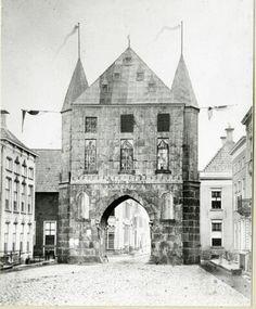 Groningen : Poelestraat : nagebouwde Poelepoort : met vlaggen van de stad 1879
