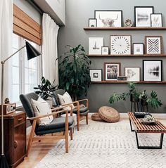 4 tips to successfully decorate your living room Happy almost Friday! Sharing this beautiful boho-chic interior. Loving the stacking shelves and large area rug . Living Room On A Budget, Home Living Room, Apartment Living, Interior Design Living Room, Modern Living Room Designs, Living Room Wall Art, Modern Interior, Nordic Living Room, Interior Decorating Styles
