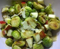 Hot salad with brussel sprouts Food Plus, Sprouts, Roast, Food And Drink, Healthy Eating, Favorite Recipes, Salad, Vegan, Vegetables