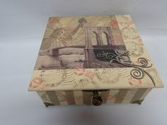 Caixa em MDF, decorada com pintura acrílica, decoupagem, carimbos e recorte em madeira, A caixa possui divisões no seu interior, tem pés de metal, fecho e cadeado em forma de coração.  Confecção Atelier da Ponte R$ 85,00