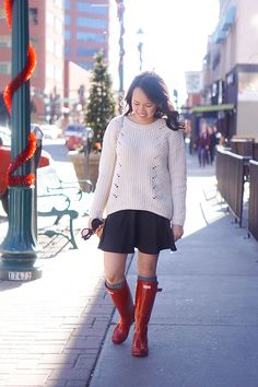 red hunter boot outfit in the winter // black skater skirt // gap sweater // cream winter top