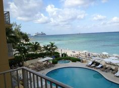 Marriott Grand Cayman Beach Resort: Cruise ships anchored off George Town
