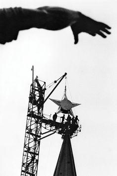 Марк Марков-Гринберг. Сейчас и навсегда (Подъем звезды на Спасскую башню Кремля),1935