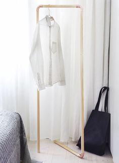 Stylische Garderobe aus Kupferrohren