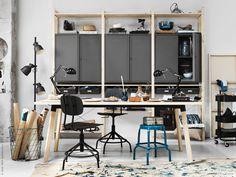 IVAR skåp med dörrar i matt pulverlackat stål är funktionellt och snyggt. KULLABERG arbetsstol, RÅSKOG rullvagn, RÅSKOG pall, HEKTAR golvlampa, KVISTBRO förvaringsbord.