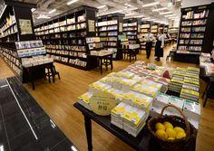 小説「檸檬」が平積みされた店内。レモンを置けるかごや開店記念グッズも用意されている(18日午後3時、京都市中京区・京都BAL)