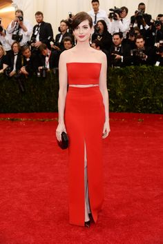 Anne Hathaway in a red #CalvinKlein gown that's simple, but sophisticated at the #2014MetGala.