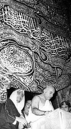 Prime Minister Bhutto coming out of the Khana-e-Ka'aba Zulfikar Ali Bhutto, Pakistan Politics, Great Leaders, Prime Minister, Aba, Iron Man, Tapestry, History, Hanging Tapestry