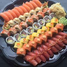I'd eat this whole plate when I'm hungry and craving SUSHI😍😍 Sushi Love, My Sushi, Sushi Comida, My Favorite Food, Favorite Recipes, Sushi Party, Sashimi, Asian Cooking, I Love Food