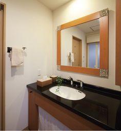 新婚旅行で購入された、思い出のアンティークタイルを鏡の四隅に埋め込みました。カウンターは黒御影石です。|おしゃれ|造作洗面|洗面室|洗面台|洗面ボウル|収納|タイル|洗面|カウンター|