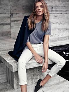 Elige un abrigo azul marino y un pantalón chino blanco para cualquier sorpresa que haya en el día. ¿Por qué no ponerse mocasín a la combinación para dar una sensación más clásica?