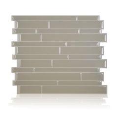 Posez le carrelage mural adhésif Smart Tiles, modèle Milano Taupe, sur la crédence de la cuisine ou la faïence de la salle de bain.