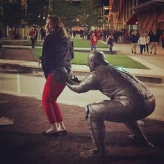 People Making Awkward Fun With Statues. Fun with statues and Funny Statue pictures. Some say they're simply having fun with statues not paining. Funny Adult Memes, Funny Relatable Memes, Wtf Funny, Funny Statues, Fun With Statues, Illusion Photos, Funny Poses, Really Funny Pictures, People Having Fun