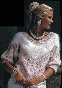 Angora og silkegarnet giver blusen særpræg sammen med mønsterstrik, hulmønster og knopper.
