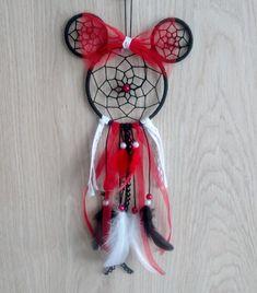 Vous ne savez pas quoi offrir à noël ou à un anniversaire ? Cet attrape-rêves Minnie dans les tons rouge noir et blanc est idéal pour décorer la chambre dune petite fille, mais aussi pour tous les fans de Minnie.  Lattrape-rêves est réalisé avec du fil de coton noir, des plumes