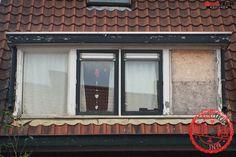 De voor foto van een dakkapel in Deventer. De dakkapel is vervangen voor een kunststof dakkapel. Nadat Benitech is geweest hoefden de bewoners nooit meer te schuren en schilderen!