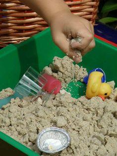 Speelzand: 4 kopjes zand, 2 kopjes bloem en 1 kopje water. Verzekerd van veel plezier!