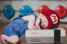 Recém-nascidos fotografados como personagens geeks