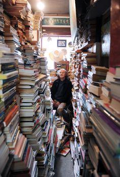 Un libraire et ses livres (Photo : Érick Labbé, 23 septembre 2013) Année difficile pour plusieurs librairies indépendantes. Certaines ont fermé. Dans le cas de «L'ancre des mots», située sur l'avenue Maguire, le libraire a décidé de la donner! À mon arrivée, lorsque j'ai aperçu le propriétaire Gaétan Genest, assis dans le fond de son commerce, je lui ai tout simplement dit : «Ne bougez pas, restez là, tout est parfait!» L'utilisation d'un grand angle 14mm a fait le reste.