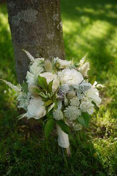 Akiko Usami http://www.vogue.fr/mariage/adresses/diaporama/fleuristes-bouquets-de-mariees-fleurs-mariage/20382/image/1075822