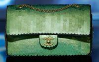El clásico bolso 2.55 de Chanel, ya ha cumplido 57 años. Su objetivo era que las mujeres pudiéramos tener las manos libres, ya que en esa época sólo se utilizaban bolsos de mano. No depende de las tendencias ni de la moda. Es un fondo de armario que no puede faltar. Aunque no está al alcance de cualquier mano ya que su precio es de 1500€ para arriba, depende de la piel, tamaño…