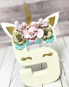 How to Throw the Perfect Unicorn Party - XO, Katie Rosario Unicorns are the thing right now for birthday parties. Create your own magical unicorn party for an age with DIY decoration and food ideas. Unicorn Poop Cookies, Unicorn Cupcakes, Party Unicorn, Unicorn Birthday Parties, Craft Party, Diy Party, Unicorn Macaroon, Pom Pom Decorations, Diy Decoration