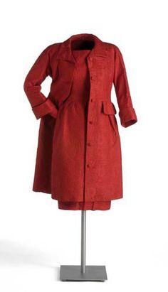 Cristóbal Balenciaga    1963- 1965 Conjunto de cóctel formado por: vestido, falda interior y abrigo, en seda labrada y calandrada color rojo, con motivos florales en relieve.  http://museodeltraje.mcu.es/fotos/virtual/piezas/MT91417.jpg