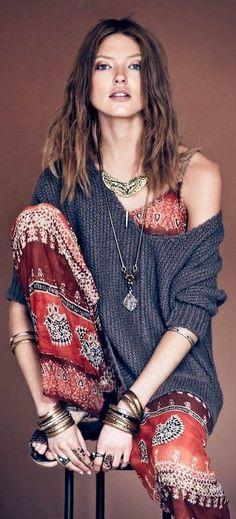 Tenue : Combi Aztèque colorée + pull XL (épaule dégagée) / Access : Bijoux aztèque / Make up : Nude / Hair : Cheveux détachés décoiffés voire crêpés