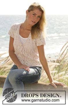 """Seaside Affair / DROPS 101-32 - DROPS Romantisch vestje met korte mouwen, v-hals en ajourmotief van """"Muskat""""."""