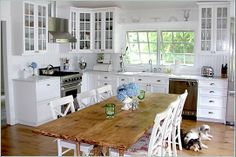 Like the floors and the contrast of the cabinets. Just needs wide plank ceiling boards in the same color as the floors!