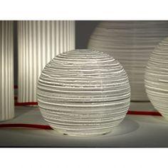 Simple et ronde, la lampe a poser Ball éditée par la maison anversoise Serax se marie à tous les univers déco. Cette lampe design en porcelaine blanche est parfaite dans un salon ou en lampe de chevet. Les stries horizontales et le fil électrique gainé de orange réhaussent la sobriété de cette sphère blanche en porcelaine. 49,90 euros