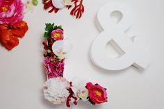 Ein romantisches Geldgeschenk zur Hochzeit mit Blumengefüllten Initialen und selbst gemachten Geldpompons. Die genaue DIY-Anleitung gibt's auf dem Blog.