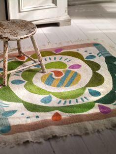 """Herbst / Winter 2013 - Quadratischer Teppich aus gefilzter Woll-Baumwollmischung mit aufgesticktem Muster """"Krumelur"""". Dieser Teppich macht sich auch als Wandbehang wunderschön. Größe 110 x 110 cm."""