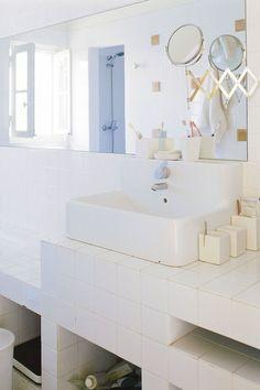 Une petite salle de bains contemporaine pratique et immaculée