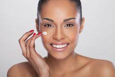 1. Bevor du mit der Anwendung beginnst, solltest du dein Gesicht mit milder Seife reinigen. 2. Gib 2 Esslöffel Backpulver in Wasser (etwa gleiches Verhältnis) und vermische alles zu einer gleichmäßigen Paste. 3. Massiere die nun fertige Paste mit sanften Bewegungen in deinem Gesicht ein und lasse sie ca. 30 Sekunden lang einwirken. Wichtig: Nicht schrubben! 4. Nach der Einwirkzeit die Paste aus dem Gesicht waschen und mit einem Handtuch vorsichtig trocken tupfen. Für maximalen Effekt…